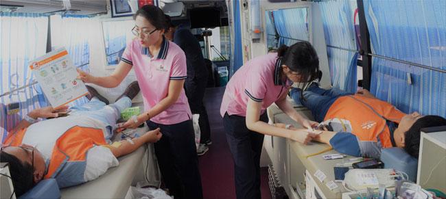 사진3. 헌혈하고 있는 ARKO 나눔봉사단 모습