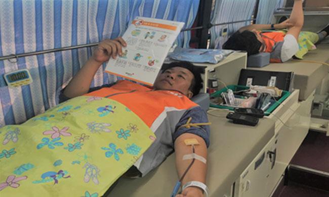 사진4. 헌혈하고 있는 ARKO 나눔봉사단 모습