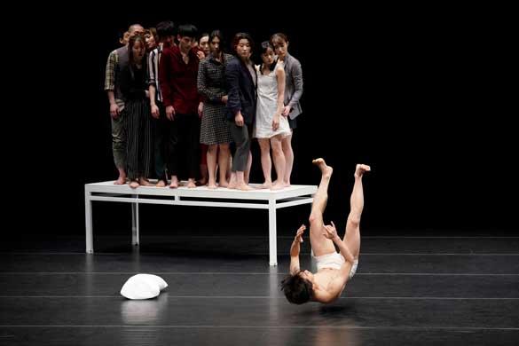 안무가와 연출가로 활동하는 류장현의 신작 [변신] 쇼케이스의 한 장면. 프란츠 카프카의 동명소설을 모티브로, 이 시대를 살아가는 예술가라면 피할 수 없는 주제인 인간과 세상에 대한 담론을 몸의 움직임으로 풀어낸다.]