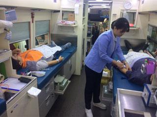 사진2. 헌혈하고 있는 ARKO 나눔봉사단 모습