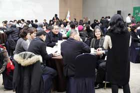 사전행사장에서 성과를 공유중인 참가자들