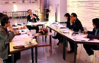 ▲ 인권경영위원회 회의에서 위원들이 예술위 인권정책에 대한 논의를 하고 있다.