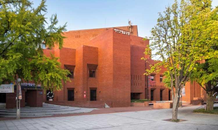 대학로 마로니에 공원에 오거나 지나가면 보이는 빨간벽돌의 건물! 아르코예술극장을 보신적이 있으신가요?