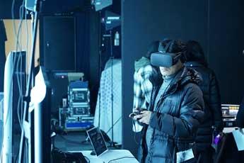 [사진4,5] 360도 VR 체험해보는 참석자들
