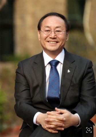 박종관 한국문화예술위원장이 지난 19일 서울 대학로 예술가의집 정원에서 인터뷰 도중 활짝 웃고 있다.